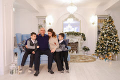 Porträt der reizend und mustergültigen Familie, der mitfühlenden Eltern und des ch Lizenzfreies Stockbild