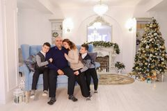 Porträt der reizend und mustergültigen Familie, der mitfühlenden Eltern und des ch Stockfotos