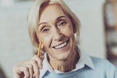 Porträt der reizend weiblichen Person dieses vorwärts schauen lizenzfreie stockfotos