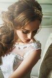 Porträt der reizenden Braut der jungen Frau mit schönem Make-up und Stockbilder