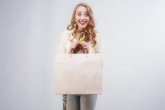 Porträt der reizenden Frau mit Einkaufstaschen Lizenzfreie Stockfotografie