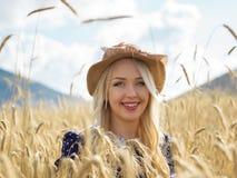 Porträt der romantischen Frau auf dem Gebiet Lizenzfreie Stockfotografie