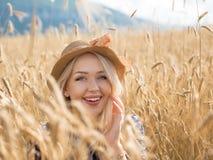 Porträt der romantischen Frau auf dem Gebiet Stockbilder