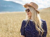 Porträt der romantischen Frau auf dem Gebiet Lizenzfreie Stockfotos