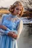 Porträt der romantischen Frau in einem Kleid auf der Bank des Flusses Stockbilder
