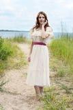 Porträt der Rothaarigefrau auf Sandstrandweg Lizenzfreies Stockfoto
