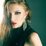 Porträt der rothaarigen vorbildlichen Aufstellung der schönen Mode Lizenzfreies Stockbild