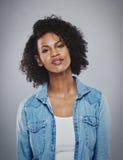 Porträt der ruhigen Frau süß lächelnd lizenzfreies stockbild