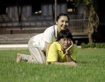 Schöne ältere Paare im Park Stockfoto