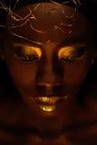 """Porträt der schönen afrikanischen Frau mit kreativem Gold-make†""""oben und Schmuck lizenzfreie stockbilder"""