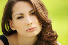 Porträt der schönen attraktiven jungen traurigen Frau am Sommergrün Stockbild