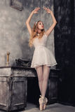 Porträt der schönen Ballerina das, die gegen dunkles backgr aufwirft Lizenzfreies Stockbild