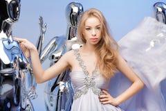 Porträt der schönen blonden Frau im eleganten Abendkleid auf Ba Stockfotos