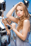 Porträt der schönen blonden Frau im eleganten Abendkleid auf Ba Lizenzfreie Stockfotografie