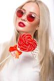 Porträt der schönen blonden Frau mit hellem Lizenzfreie Stockfotografie