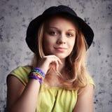 Porträt der schönen blonden Jugendlichen im schwarzen Hut stockfotos