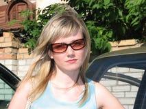 Porträt der schönen Blondine in der Sonnenbrille stockfotografie