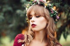 Porträt der schönen Blondine im Kranz lizenzfreie stockbilder