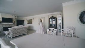 Porträt der schönen Braut freuend im Hochzeitskleid im Raum 4K stock video