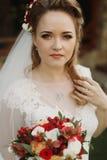 Porträt der schönen Braut mit Blumenstrauß, herrliche blonde Braut Stockbilder