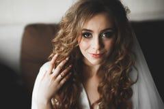 Porträt der schönen Braut mit Modeschleier am Hochzeitsmorgen Ein Fragment der Hochzeitsordnung stockfotos