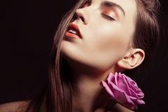 Porträt der schönen Brunettefrau mit stieg Lizenzfreies Stockbild