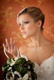 Porträt der schönen eleganten Braut mit Blumenstrauß Stockfotos