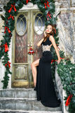 Porträt der schönen eleganten jungen Frau im herrlichen Abendkleid über Weihnachtshintergrund Stockfoto
