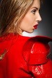 Porträt der schönen Frau in der roten Jacke stockbilder