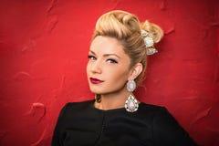 Porträt der schönen Frau mit hellem Make-up Lizenzfreie Stockfotografie