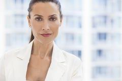 Porträt der schönen Frau oder der Geschäftsfrau in ihre Dreißigerjahre Stockfotografie