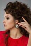 Porträt der schönen gelockten Frau Stockfotos