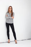 Porträt der schönen Geschäftsfrau, die gegen weiße Wand steht stockfoto