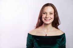 Porträt der schönen glücklichen Frau mit Sommersprossen und klassischem grünem Kleid mit toothy Lächeln lizenzfreies stockbild