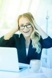 Porträt der schönen glücklichen lächelnden jungen Bürofrau, die O Arbeits ist stockfotos