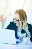 Porträt der schönen glücklichen lächelnden jungen Bürofrau, die O Arbeits ist lizenzfreie stockbilder