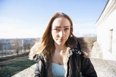 Porträt der schönen Jugendlichen in der Jacke draußen Stockfotos