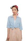 Porträt der schönen jungen asiatischen Frau in der Bluse und in Rock, die Kamera betrachten Stockbild