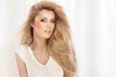 Porträt des schönen blonden Mädchens mit dem langen Haar Stockfotografie