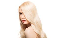 Porträt der schönen jungen blonden Frau mit dem langen gewellten Haar Stockbild