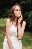 Porträt der schönen jungen Brunettefrau in der Natur Frühling, Sommer braunes Haar des Mädchens mit blauen Augen und mit dem lang Stockbilder