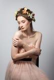 Porträt der schönen jungen Frau auf grauem backgrou Stockfoto