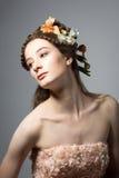 Porträt der schönen jungen Frau auf grauem backgrou Stockbild