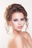 Porträt der schönen jungen Frau auf weißem Hintergrund stockfotos