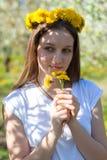 Porträt der schönen jungen Frau in blühendem Park der Apfelbäume an einem sonnigen Tag Lächelndes glückliches Mädchen des Mädchen lizenzfreie stockfotos