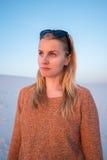 Porträt der schönen jungen Frau, blond auf dem Strand Stockfotos