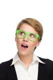 Porträt der schönen jungen Frau in den grünen Gläsern, die überrascht schauen. Stockbild