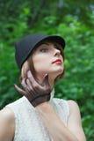 Porträt der schönen jungen Frau in der Reiterinklage im Wald Lizenzfreie Stockfotografie