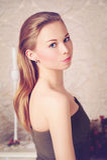 Porträt der schönen jungen Frau, die betrachtet stockfoto
