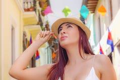 Porträt der schönen jungen Frau, die einen Panama-Hut in der historischen Mitte der alten Stadt Quito in Nord-Ecuador in trägt stockbilder